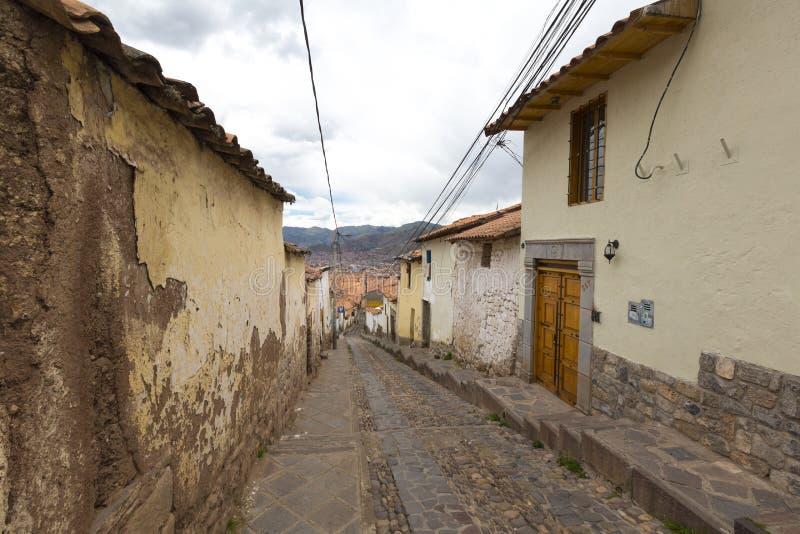 Calle estrecha vieja en el centro de Cusco Perú fotografía de archivo