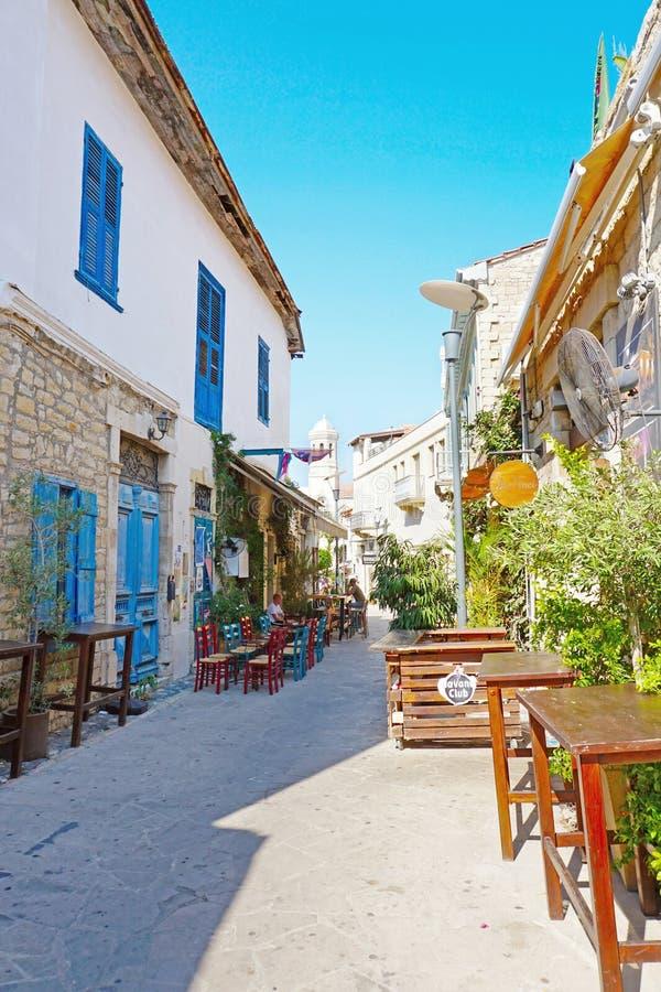 Calle estrecha vieja en el centro de la ciudad de la ciudad de Limassol con las casas de la arquitectura chipriota tradicional fotos de archivo libres de regalías