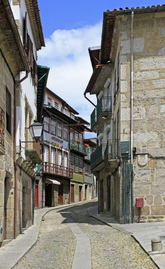 Calle estrecha vieja en la ciudad portuguesa Guimaraes fotografía de archivo libre de regalías