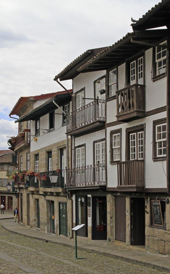Calle estrecha vieja en la ciudad portuguesa Guimaraes imagen de archivo libre de regalías