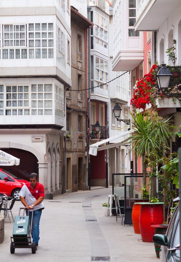 Calle estrecha vieja en parte histórica de un Coruna fotos de archivo