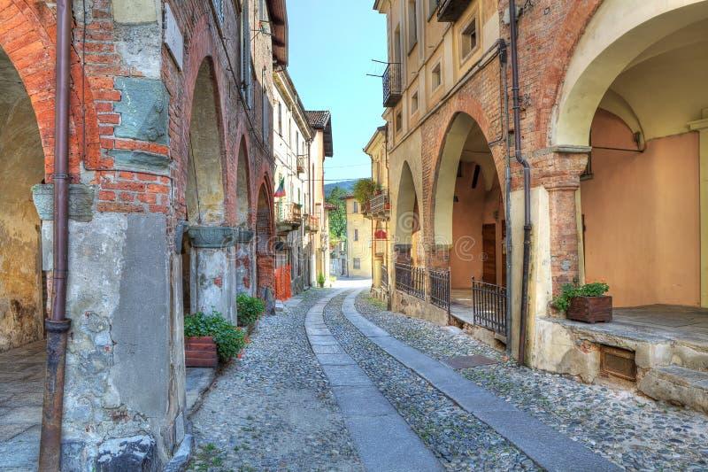 Calle estrecha vieja entre casas antiguas. foto de archivo
