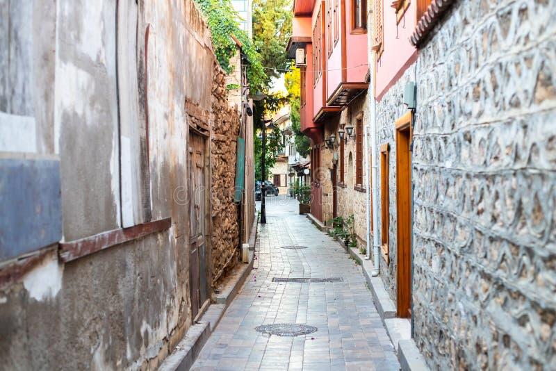 Calle estrecho en el casco antiguo Paredes curvadas de casas en una calle estrecha Paredes y puertas antiguas en un estrecho pasa imágenes de archivo libres de regalías