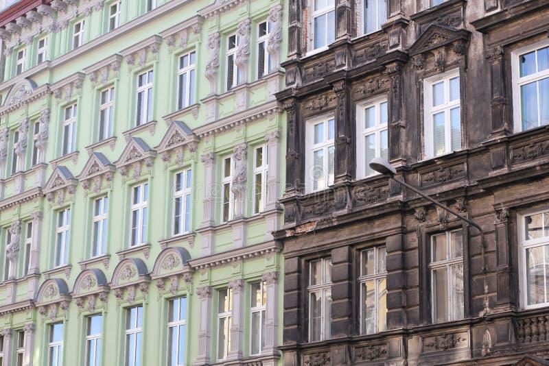 Calle europea del restaurante italiano atmosférico auténtico de la calle en otoño en Varsovia Fachadas de edificios hist?ricos fotografía de archivo