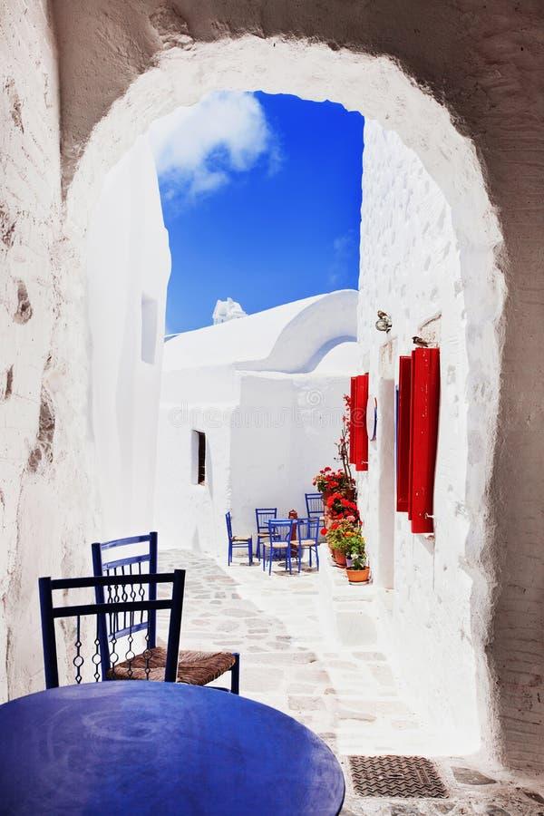 Calle griega tradicional con las flores en la isla de Amorgos, Grecia imagen de archivo