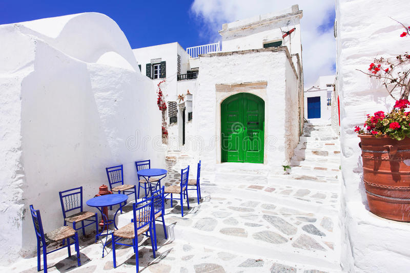 Calle griega tradicional con las flores en la isla de Amorgos, islas de Grecia imagen de archivo