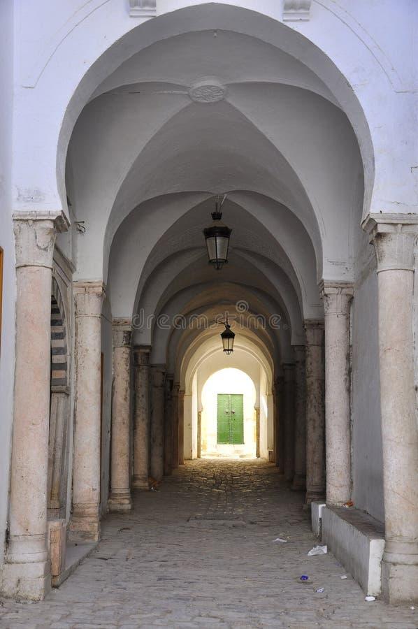 Calle hermosa con las arcadas en Medina, Túnez foto de archivo libre de regalías