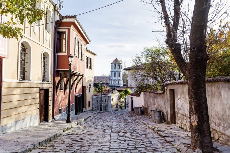 Calle hermosa con las casas tradicionales en la ciudad vieja de Plovdiv, Bulgaria fotografía de archivo libre de regalías
