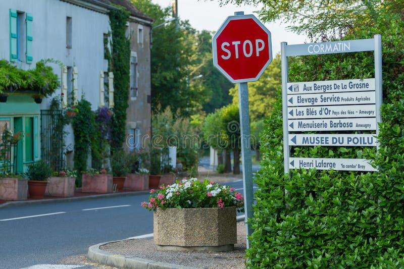 Calle hermosa con las muestras para los turistas con las flores de la región de Borgoña en Cormatin imagen de archivo