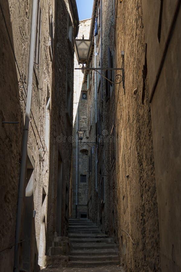 Calle hermosa de cautivar la ciudad medieval de Cortona en Toscana, Italia imágenes de archivo libres de regalías