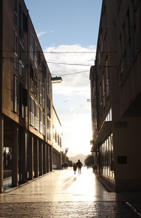 Calle histórica en Zadar Croacia a la torre de la catedral imagen de archivo