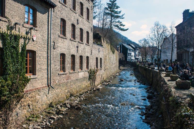 Calle histórica y una corriente en mún Muenstereifel imágenes de archivo libres de regalías