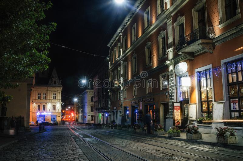 Calle iluminada de la ciudad vieja en la noche, Lviv, Ucrania imagen de archivo libre de regalías