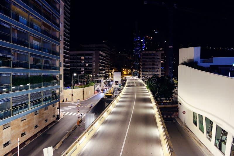 Calle iluminada en la noche en Monte Carlo foto de archivo libre de regalías
