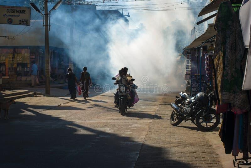 Calle india por la mañana con la motocicleta, Mamalapuram fotografía de archivo