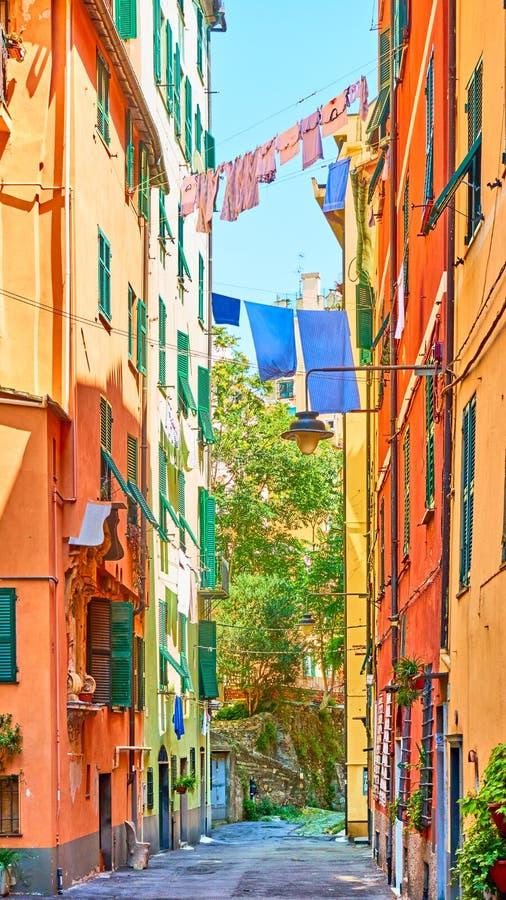 Calle italiana con el secado del lavadero en día de verano soleado imagenes de archivo