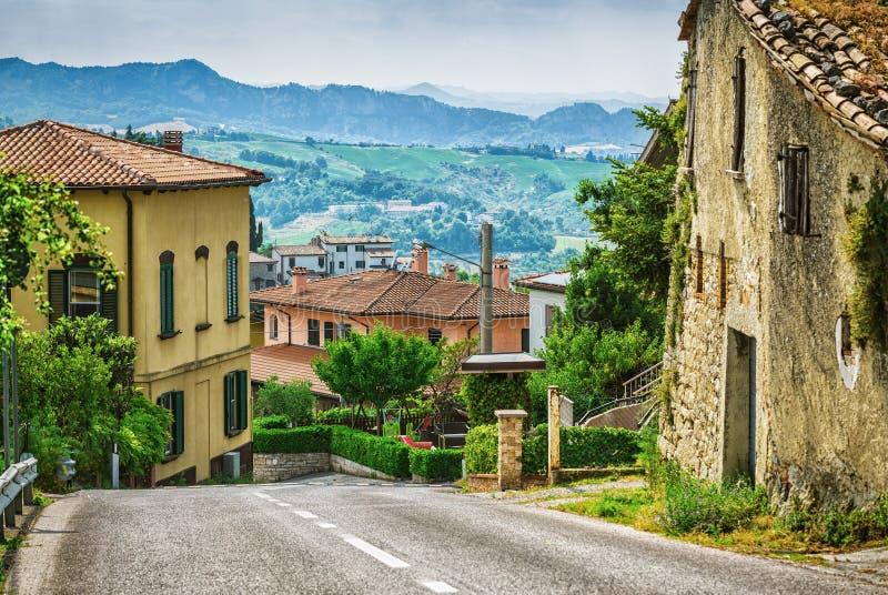 Calle italiana en una pequeña ciudad provincial de Toscano imágenes de archivo libres de regalías
