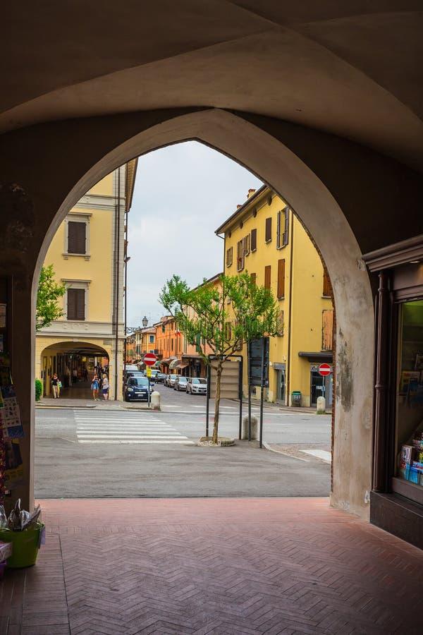 Calle italiana en una pequeña ciudad provincial de Toscano fotografía de archivo libre de regalías