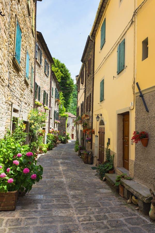 Calle italiana en una pequeña ciudad provincial de Toscano fotos de archivo libres de regalías