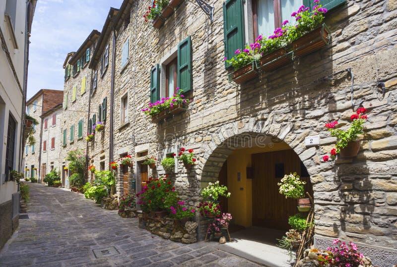 Calle italiana en una pequeña ciudad provincial de Toscano foto de archivo