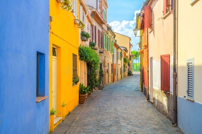 Calle italiana típica del guijarro con los edificios multicolores coloridos, casas tradicionales en Rímini imagenes de archivo