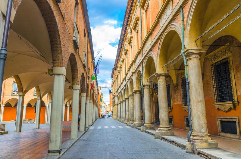 Calle italiana típica, edificios con las columnas, museo de Palazzo Poggi, Accademia Delle Scienze Since Academy, universidad de  imágenes de archivo libres de regalías