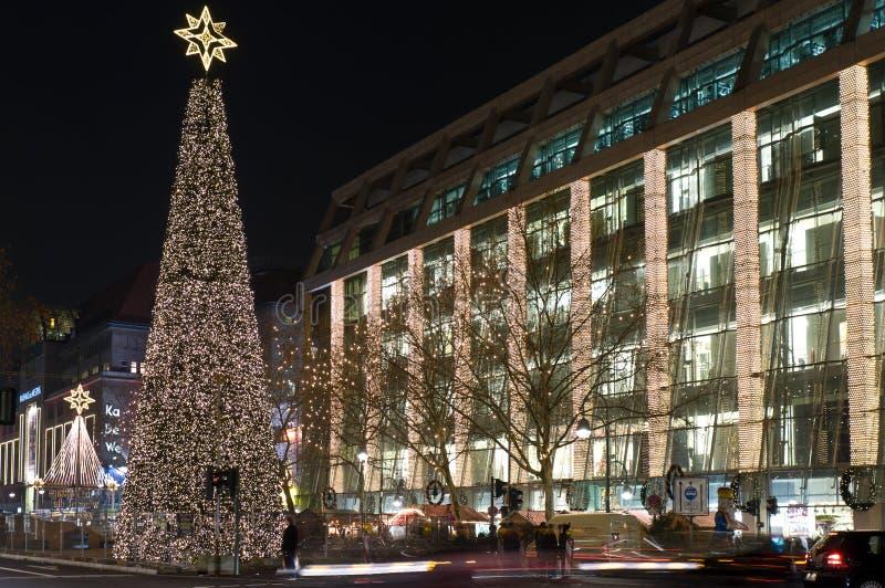 Calle Kurfurstendam en luces de la Navidad foto de archivo