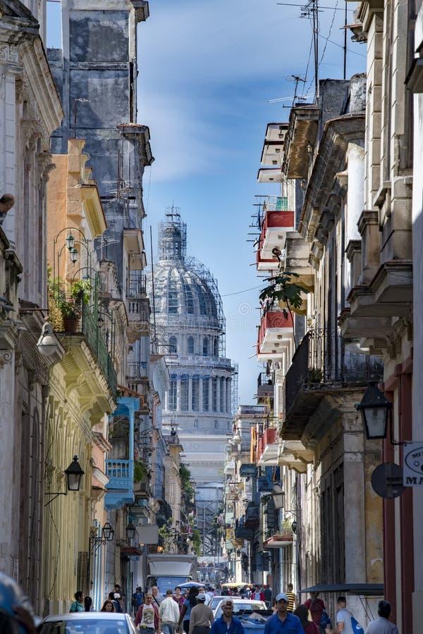 Calle La Habana viva con Capitolio, Cuba foto de archivo libre de regalías