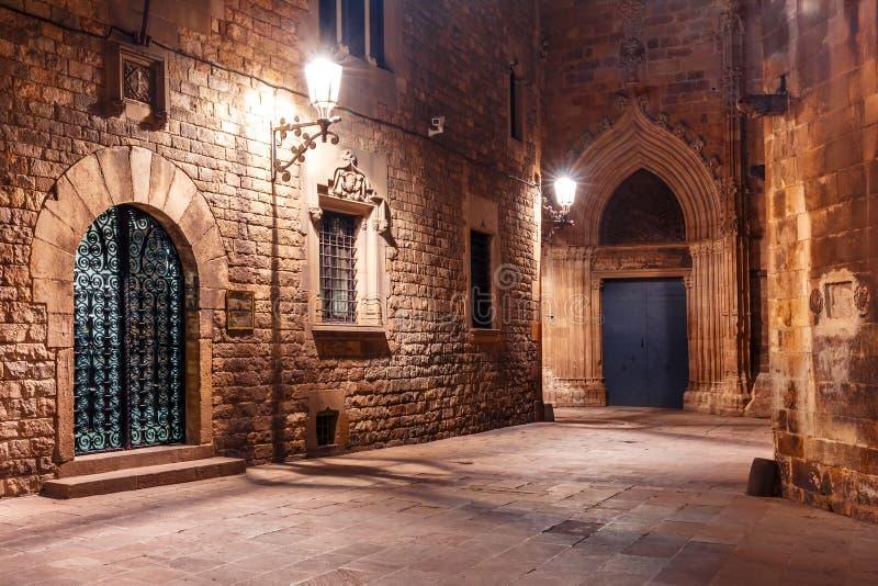 Calle medieval en Barri Gothic Quarter, Barcelona fotografía de archivo