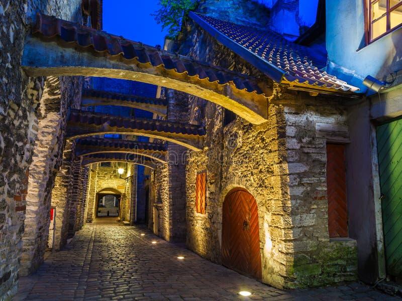 Calle medieval en la oscuridad Tallinn, Estonia imágenes de archivo libres de regalías