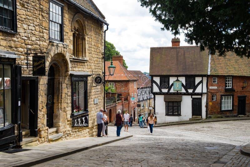 Calle medieval en Lincoln, Reino Unido de la colina escarpada imagen de archivo libre de regalías