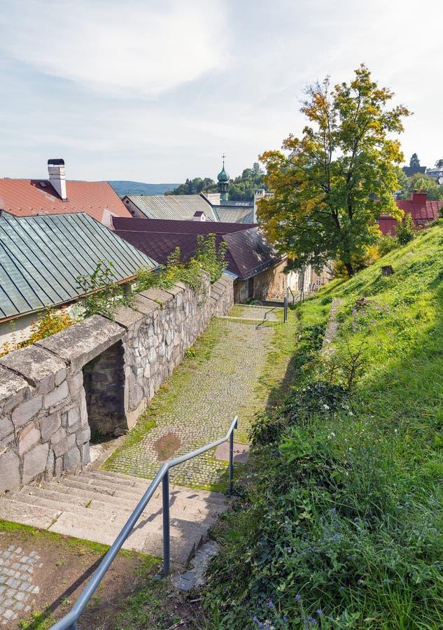 Calle medieval estrecha en la ciudad vieja de Banska Stiavnica, Eslovaquia fotografía de archivo libre de regalías