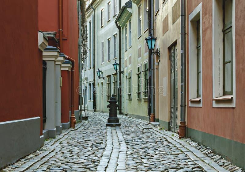 Calle medieval estrecha en la ciudad vieja de Riga, Letonia imagenes de archivo