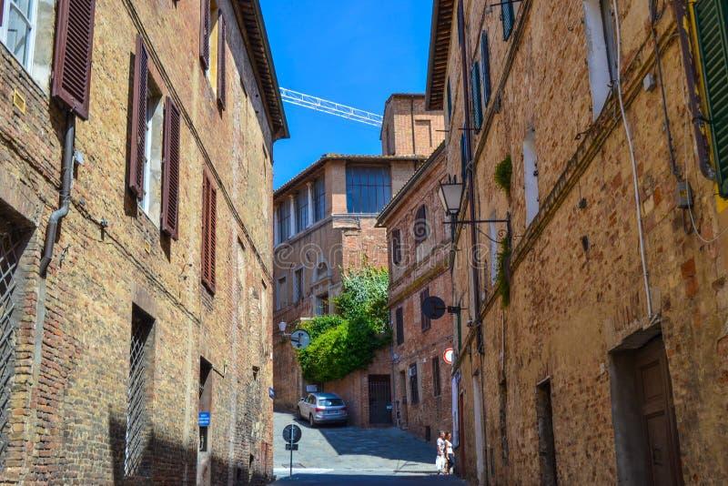Calle medieval vieja en el centro de Siena, Italia fotos de archivo libres de regalías