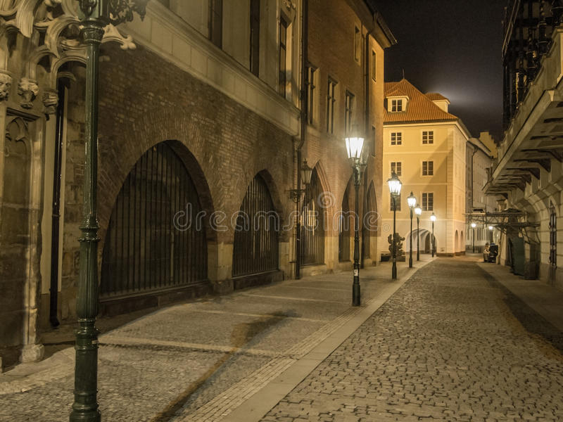 Calle misteriosa de la noche en Praga Visión hermosa El ingenio del callejón imagen de archivo