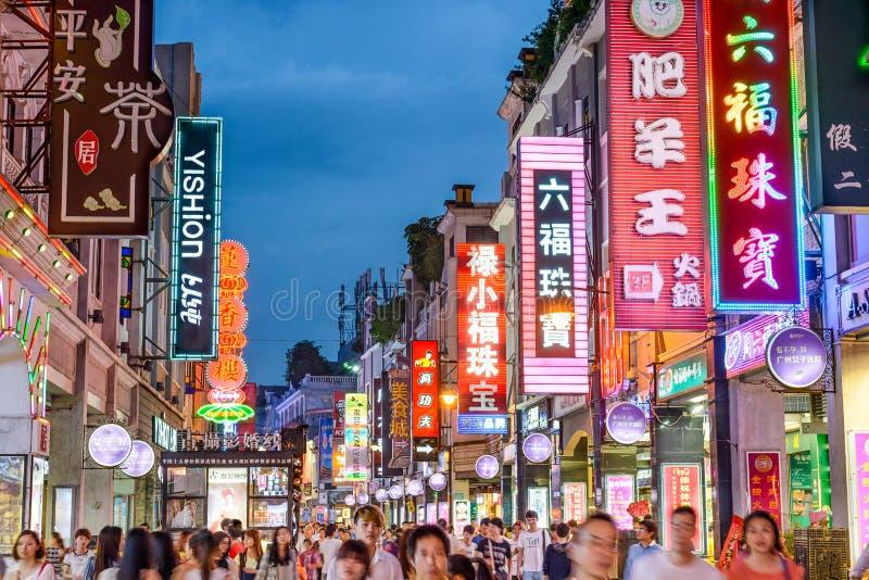 Calle moderna de las compras de Guangzhou, China fotografía de archivo libre de regalías