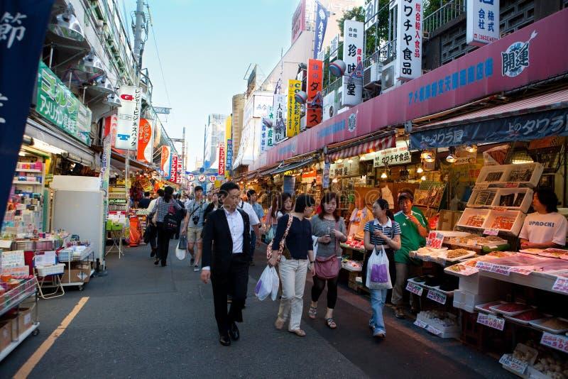 Calle muy transitada de Tokio, Japón imagen de archivo
