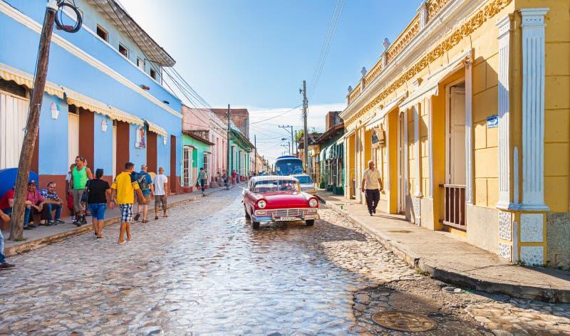 Calle muy transitada de Trinidad Town en Cuba central imagenes de archivo
