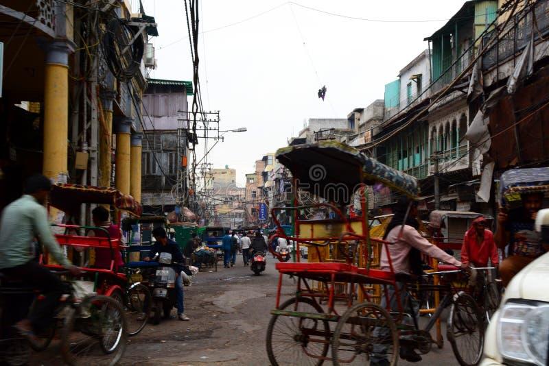 Calle muy transitada Delhi vieja La India fotos de archivo