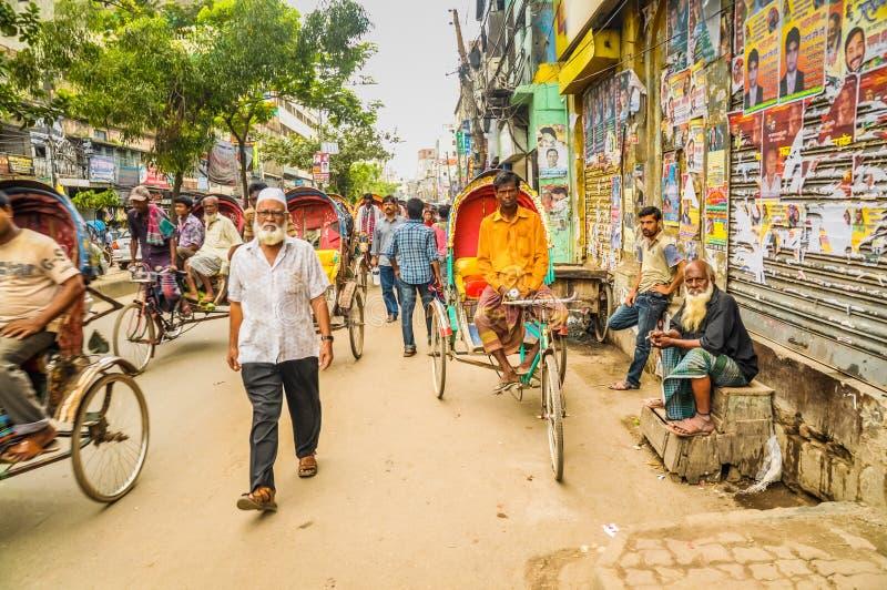 Calle muy transitada en Bangladesh imagenes de archivo