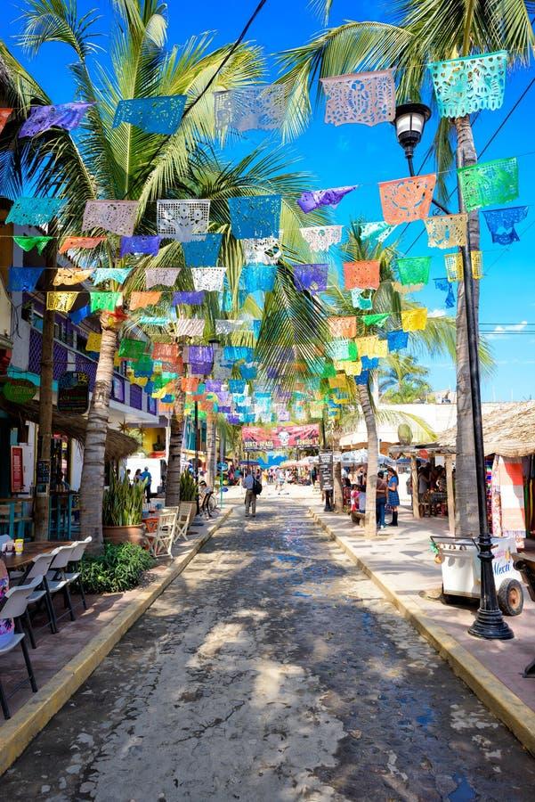 Calle muy transitada en ciudad del sayulita, cerca del mita del punta, México imagenes de archivo