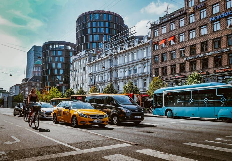 Calle muy transitada en Copenhague imagenes de archivo