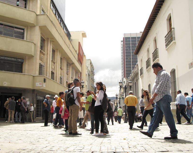 Calle muy transitada en el centro histórico de la ciudad Venezuela de Caracas fotografía de archivo libre de regalías