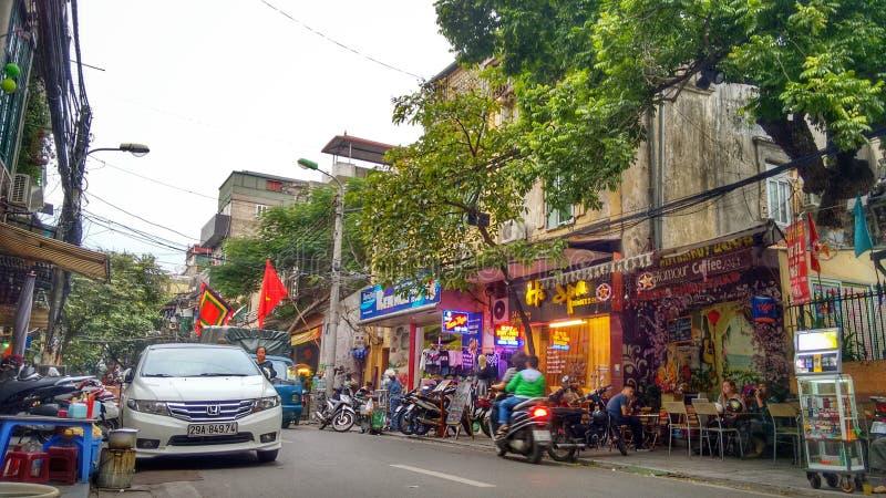Calle muy transitada en el viejo cuarto de Hanoi, Vietnam foto de archivo libre de regalías