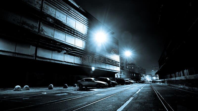 Calle oscura en la noche imagen de archivo