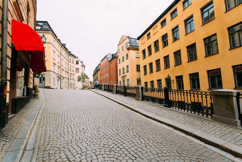 Calle pavimentada con las piedras de pavimentación en Estocolmo, Suecia imagen de archivo