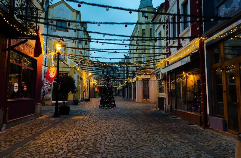 Calle peatonal con las decoraciones de la Navidad en el distrito de Kapana en Plovdiv, Bulgaria foto de archivo libre de regalías