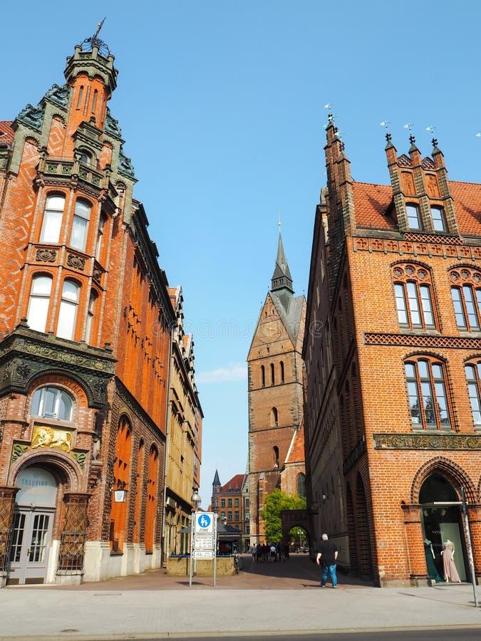 Calle peatonal con los edificios de ladrillo rojo noreuropeos tradicionales en Hannover imágenes de archivo libres de regalías