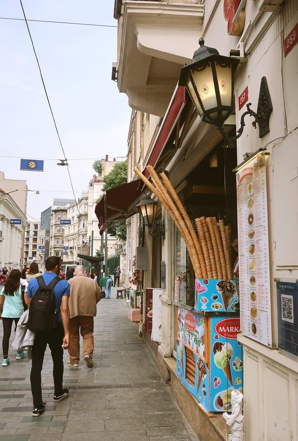 Calle peatonal Istiklal Venta del dondurma turco tradicional del helado foto de archivo libre de regalías