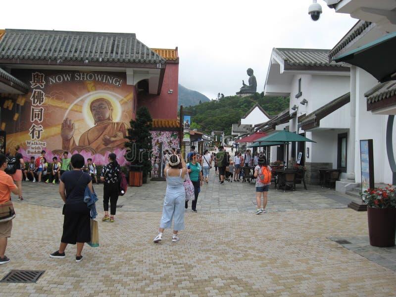 Calle peatonal ocupada en el pueblo del silbido de bala de Ngong, isla de Lantau, Hong Kong fotografía de archivo libre de regalías
